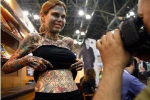 世界上纹身最恐怖的女人:朱莉亚·吉娜斯 见不得光(私房照)