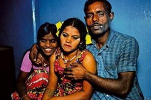 印度女子遭丈夫等10人轮奸 被逼当儿子面喝尿
