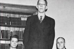 世界上最高的人:美國人羅伯特·沃德洛身高2.72米