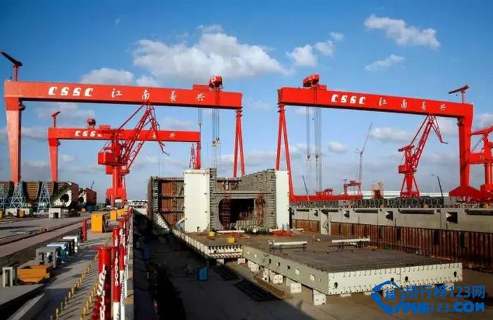 新中国成立以来,我国海军从小到大,从弱到强,根据美国战略研究所的统计,中国海军拥有主战舰艇总共约455 艘,总吨位为1138762 吨,位居世界第三。这些舰艇的中绝大多数来自于祖国大江南北的各个军工船企。排行榜123网的小编就根据各家船厂建造的舰艇情况来为这些军工船企来排排座次。
