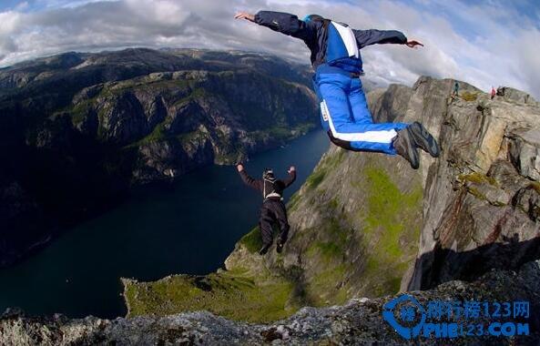 世界十大最危险运动,直升机滑雪不仅危险还贵!