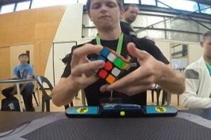 最新三階魔方世界紀錄,4.73秒(澳洲男孩菲利克斯創造)