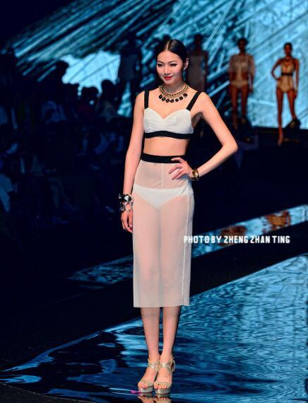 中国最长腿女孩:美女腿长1.15米(超越吉尼斯纪录)