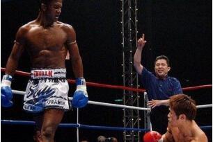 安东尼马库斯vs疯子阿兰·佩迪拉,一记扫腿让黑拳魔王命丧拳台