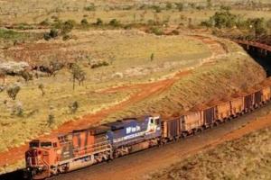 世界上最長的火車,共有八個車頭682節車廂(長7353米)