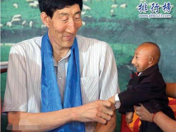 世界上最长的手:鲍喜顺手掌长38厘米,如蒲扇般大小