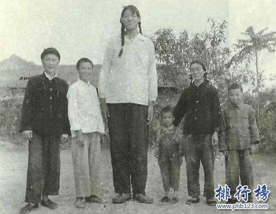 世界上最高的女人:曾金莲18岁身高2.48米(穿60码的鞋)