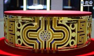 世界最大足金:82.2公斤 镶嵌76颗蓝宝石