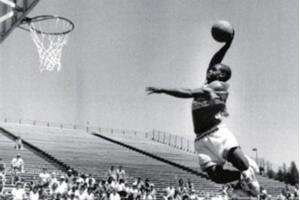 世界上弹跳最高的人:厄尔·麦尼考尔特弹跳153厘米秒杀乔丹