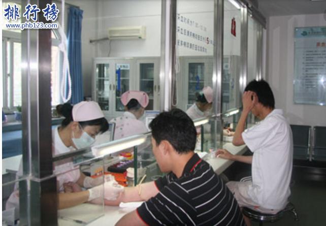 导语:北京的医疗水平一直名列前茅,那么我们生活中难免会有一些身体不适需要去医院做个全面的身体检查这样自己才安心,你知道北京有哪些比较好的体检中心吗?今天排行榜123网小编为大家盘点了北京体检三甲医院排名情况,希望可以帮到大家。    北京体检三甲医院排名    1.北京市第一中西医结合医院体检中心    2.北京中日友好医院体检中心    3.中国人民解放军第302医院体检中心    4.北京大学肿瘤医院防癌筛查中心    5.中国人民解放军总医院301医院体检中心    6.北京小汤山医院体检中心    7.北京市和平里医院体检中心    8.北京中医药大学东方医院体检中心    9.首都医科大学附属北京同仁医院体检中心    10.北京市解放军总医院第一附属医院    十、北京市解放军总医院第一附属医院    地址:北京市海淀区阜成路51号    北京解放军总医院是原304医院创立于1954年是一家专业治疗骨科2、急救医学等为主要特色的三级甲等综合医院,曾获得中华医学科技一等奖等受到很多患者的好评。    九、首都医科大学附属北京同仁医院体检中心    地址:北京市东城区崇文门内大街8号四层体检科    北京同仁医院体检中心成立于1991年是北京最早成立的一家三级甲等综合性医院,医院拥有雄厚的医疗技术和先进的医疗设备开展多项体检项目包括中医体检、VIP体检套餐、特色专业体检项目等和多家企业单位有长期体检合作关系。    八、北京中医药大学东方医院体检中心    地址:北京市丰台区方庄芳星园一区六号东方医院南楼一层    北京中医院体检中心是一家公立三甲体检医院,主要是结合中西医结合的体检帮助患者调料体质,有效预防恶性肿瘤、心血管各类疾病等,能早期的发现疾病重视亚健康身体的疾病预防。    七、北京市和平里医院体检中心    地址:北京市东城区和平里北街18号    北京和平里医院是一家体检三甲医院,医院设有12个病区30多个科室拥有先进的医疗设备以及大量的医学教授采用中西医结合的治疗方案为每一位患者制定合理治疗方案曾获得科研进步奖。    六、北京小汤山医院体检中心    地址:北京市昌平区小汤山镇小汤山街口向北300米    北京小汤山医院体检中心是国家重点医保单位,成立于1958年目前已经有60年的时间主要以康复医疗、健康疗养为主要特色,是国内最早开设健康管理、健康体检的医疗机构,主要治疗慢性疾病和康复治疗的特色三级甲等康复医院,在北京体检三甲医院排名第六位。    五、中国人民解放军总医院301医院体检中心    地址:北京市海淀区复兴路28号301医院体检中心国宾楼    北京301体检中心成立于1953年是一家现代化的三级甲等综合性医院是全军唯一的一个医院办学单位,医院拥有大量先进的医疗检测设备和高层次医疗人才曾获得全国百姓放心的好医院奖,医院为每位患者制定合适的医疗体检套餐可以直接打电话预约或者网上提前预约到时直接去专家安排体检即可。    四、北京大学肿瘤医院防癌筛查中心    地址:北京市大兴区西红门镇育才路2号(南院区)    北京肿瘤医院体检中心是南郊分院是一家现代化肿瘤专科医院,医院拥有先进的医疗设备,丰富的临床经验的医生和一个雄厚实力的专业癌症治疗团队,医院防癌症体检包括胃、肝、宫颈、乳腺等多种疾病的提早预防体检制定相应的体检套餐为每位患者提供专业的防癌体检让您受益终身。    三、中国人民解放军第302医院体检中心    地址:北京市丰台区西四环中路100号    北京302体检医院是一家大型的三甲体检医院,医院有先进的医疗器材和高水平的健康体检能让每一位客户得到专业的疾病预防和治疗,以综合体检和专科体检相结合为体检者提供一流专业的服务,确保体检质量和安全,让大家放心。    二、北京中日友好医院体检中心    地址:北京市朝阳区文学馆路47号    北京中日友好体检医院是一家三级甲等大型综合公立医院既有强大的医疗设备和专业的医疗团队,在北京体检三甲医院排名第二名。主要服务对象有单位体检、职业体检、驾驶员体检等多项健康管理让每位体检者得到专业放心的服务。    一、北京市第一中西医结合医院体检中心    地址:北京市朝阳区金台路13号内2号    北京中西医结合体检中心成立于2002年是政府创办的一家体检、科研为一体的专业体检机构设置了妇科、眼科、B超室等多个检查室针对亚健康人群制定合理的体检套餐,主要服务于单位体检、征兵体检、政府体检等多项专业体检服务受到很多体检者的赞誉。    结语:一上班就是排行榜123网小编为大家盘点的北京体检三甲医院排名,这些医院都是公立三级甲等体检医院数据排名是根据体检网的网友评论和网上预约体检销量来排名的,大家可以参考一下。