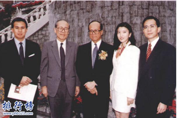 导语:香港是一个繁华的大都市那里有很多知名的企业家其中包括李嘉诚、郭得胜、郑裕彤、李兆基等这些家族实力雄厚资产千亿成为外界所关注的对象,今天排行榜123网小编为大家盘点了七十年代香港四大家族介绍,一起来看看他们的成就吧!    七十年代香港四大家族    1.李嘉诚家族    2.郭得胜家族    3.郑裕彤家族    4.李兆基家族    四、李兆基家族    李兆基是恒基兆业地产有限公司的创始人及董事长,家庭成员有他的儿子李家杰以及二儿子李家诚等这个家族主要是从事房地产项目开发以及商务楼、酒店等产业另外还经营了能源产业是香港那边供暖天然气的供应商在2016年福布斯富豪排行榜中李兆基家族排名第二位。    三、郑裕彤家族    郑裕彤家族是香港的房地产商之一另外还经营着周大生珠宝以及恒生银行等多个领域投资,家庭成员有长子郑家纯和二儿子郑家成等整个家族庞大涉及的领域有珠宝业、酒店、物流、金融等多项投资是七十年代香港四大家族之一他一生最大的成就是创立了新世界集团。    二、郭得胜家族    郭得胜是香港知名的新鸿基地地产创始人,在七十年代香港四大家族中是拥有香港最大地产的一个家族,也是最多土地的一个集团,他们开发的最知名的楼盘是香港摩天大楼另外家族还投资了巴士公司,他有3个儿子分别是郭炳联、郭炳湘和郭炳江等但是不幸的是郭炳江及郭炳联因为贪污被捕。    一、李嘉诚家族    李嘉诚是中国家喻户晓的知名人物,家族成员有儿子李泽钜和李泽楷等整个家族旗下的产业和记黄埔集团、香港电灯集团、长江实业集团等另外还投资了房地产、酒店、零售、能源、媒体等多个领域在两个儿子的帮助下不断的发展壮大成为香港界的风云人物,整个家族的代名词是香港首富、富豪等。    结语:以上就是排行榜123网小编为大家盘点的七十年代香港四大家族,这些家族产业众多成为当时香港界的风云人物。他们身上的很多优点是值得我们学习的。