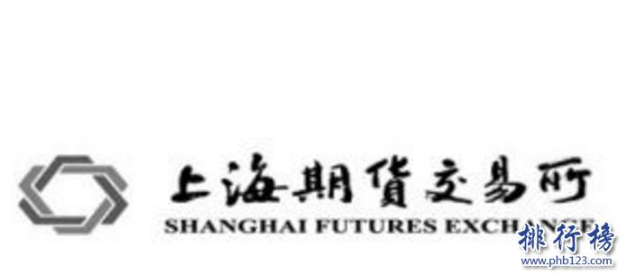导语:期货交易所属于买卖期货合约的一个场所属于金融行业的一种,每个公司都有不同的期货品种交易的标准也有一些差异。今天排行榜123网小编为大家盘点了中国中国四大期货交易所,一起来了解一下吧!    中国四大期货交易所:上海期货交易所、大连商品交易所、中国金融期货交易所、郑州商品交易所    四、郑州商品交易所    郑州商品交易所创立于1990年是国家批准的期货市场试点单位主要交易的品种有强筋小麦、PTA、一号棉花、菜籽油、早籼稻、玻璃、甲醇等多个期货品种。拥有快捷、安全的交易系统保证每日涨跌停板制、每日无负债结算制有指定的合作银行每天都能集中清算。1995年加入国际期货市场协会和美国、加拿大等国家建立友好关系。    三、中国金融期货交易所    中国金融期货交易所成立于2006年总部位于上海,是一家经过国务院证监会批准的期货交易所,由郑州商品交易所以及大连、深圳和上海证券交易所、上海期货交易所等5家公司共同创立的,2006年在上海期货大厦上市,公司有19个部门其中包括交易部、结算、薪酬、风险控制、监察调解、研发部等多个部门。    二、大连商品交易所    大连商品交易所成立于1993年是国务院批准的一家期货交易所总部位于大连市,在中国四大期货交易所中大连商品交易所是中国东北地区唯一一家期货交易中心,其中上市的品种包括玉米、黄豆、棕榈油、鸡蛋、纤维板等16个品种期权。2017年上市推出了豆粕期权的夜盘交易。    一、上海期货交易所    上海期货交易所是由中国证监会管理的一家期货交易所,也是中国四大期货交易所之一主要交易的有黄金、白银、螺纹钢、燃料油、天然橡胶、铜等11种类型的期货合约目前公司拥有会员近400家,在全国各地实行远程交易,2018年在上海国际能源交易所上市。    结语:以上就是排行榜123网小编为大家盘点的中国四大期货交易所,这些交易所不断的发展壮大,最近推出夜盘交易所基本工作准备就绪今年就可以正式交易。
