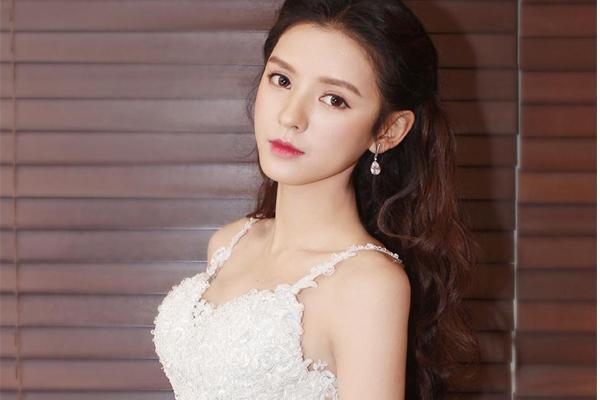 中国十大清纯女星 迪丽热巴排名第10,第一为四小花旦之一