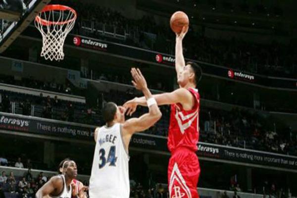 姚明NBA十大扣篮 他竟与姚明上演了长达一个世纪的内线竞争