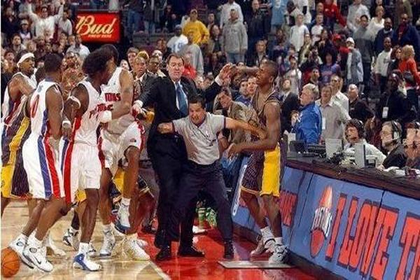 奥尼尔打架事件 NBA十大斗殴事件 不忍直视!汤姆·贾诺维奇被打得飞出脑浆