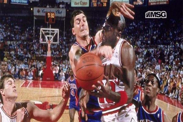 NBA十大斗殴事件 不忍直视!汤姆·贾诺维奇被打得飞出脑浆