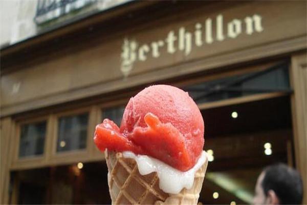 世界四大名牌冰淇淋店,Parque Coppelia店排队至少有一千米
