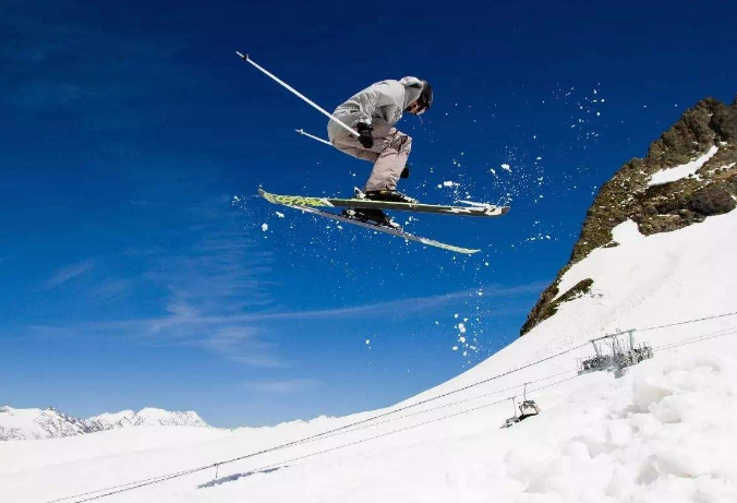 追求刺激和极限挑战,一直都是人类的特性,那么世界上这么多具有冒险性的刺激游戏,哪些才是最受欢迎,最吸引人的呢?今天排行榜123小编就来为大家列出世界最刺激十大游戏,感兴趣的小伙伴们快来看看吧。    世界最刺激十大游戏:    1、荒野生存    2、高山滑雪    3、跳伞与漂流    4、飞行冒险    5、特工冒险    6、彩弹射击    7、超级耐力赛    8、雪橇之旅    9、赛车冒险    10、二战战场潜水    1、荒野生存    详细介绍:说到刺激的游戏,荒野生存一定是当仁不让的第一位,如果各位有看过贝尔·格里尔斯的《荒野求生》系列,那么你一定是有所了解的,不是一般人能够尝试的。    2、高山滑雪    详细介绍:滑雪是许多人在冬天非常喜欢的一项运动,当然普通人都是在斜坡上的随便玩一玩,专业人员就玩得比较刺激了,危险程度特别高,惊险又刺激。    3、跳伞与漂流    详细介绍:跳伞与漂流都是具有相关危险性的运动游戏,如果没有专业的训练和相关人员,很容易产生危险。    4、飞行冒险    详细介绍:许多人都有着关于对蓝天的梦想,在美国有专门为成年人设置的特技飞行机会,能够让你体验到各种空中飞行的技巧和乐趣,刺激又新奇。    5、特工冒险    详细介绍:特工冒险这种游戏在一些欧美国家比较常见,相关的机构会为你提供一些任务,然后进行训练以及模拟战斗,当然这个是具有风险性的,所以许多人会觉得很刺激。    6、彩弹射击    详细介绍:彩弹射击这个运动最早起源于国外,最近几年在国内也很受年轻人的欢迎,非常的有趣,类似把网络上的射击游戏搬到了现实。    7、超级耐力赛    详细介绍:超级耐力赛不仅仅是对人的耐力和体力考验,也是非常具有冒险性的,而且运动项目非常多,有爬高墙、穿过火焰、爬泥泞等等,刺激且具有考验。    8、雪橇之旅    详细介绍:雪橇之旅看起来没有什么冒险的地方,但是其实是很具有刺激性的,要穿越山脉和冰川,对于人和动物都是非常具有考验性的。    9、赛车冒险    详细介绍:赛车不是一般人可以去体验的,一定要经过长期的专业训练,但是训练之后不能保障不会发生危险,出现意外很有可能直接身亡。    10、二战战场潜水    详细介绍:二战战场潜水的这个地点海域里面有着非常多的尸体残骸、船只以及飞机,一些为了挑战刺激性的运动员会专门来到这里潜水,感受那种特别幽寂的氛围。