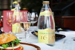 世界十大奢侈礦泉水 第一瓶身鑲嵌水晶相當奢華